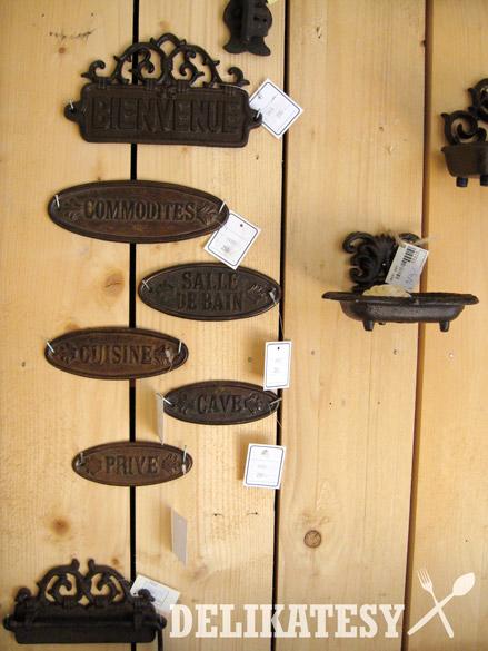 Kovové tabuľky nad dvere