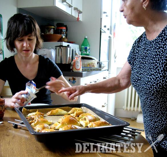 Babka dovysvetlováva žene detaily pečenia...