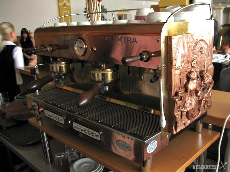Krásna stará Elektra v kaviarni