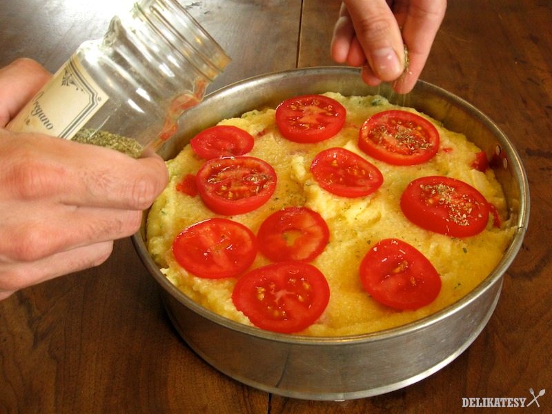 Navrh poukladajte kolieska rajčín a posypte sušeným oregánom
