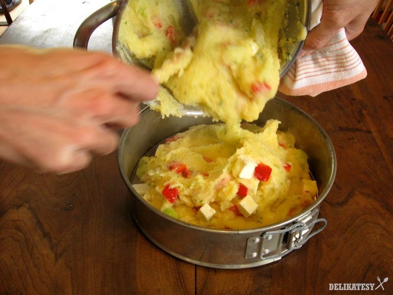Vlejte kukuričnú masu do tortovej formy