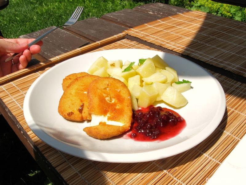 Vyprážaný oštiepok s varenými zemiakmi