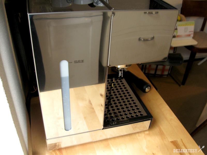 Bok stroja - zásobník na vodu
