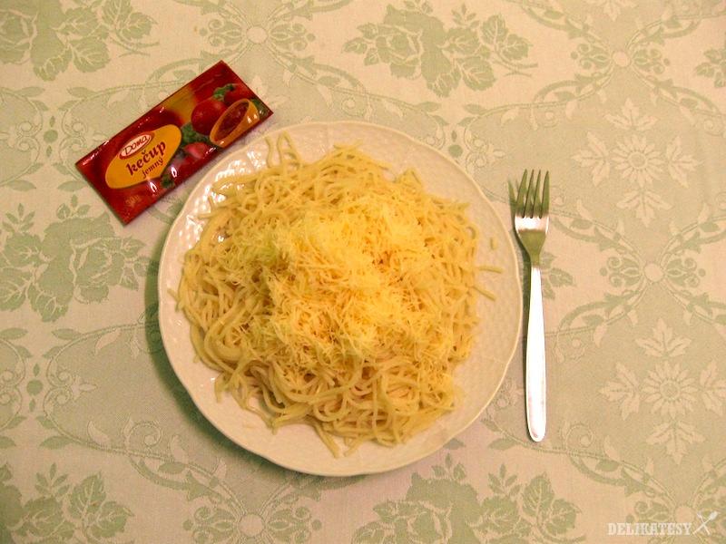 """""""Špagety"""" so syrom a kečupom"""