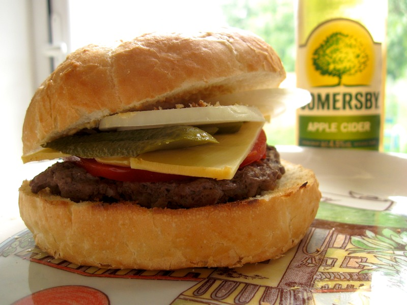 Hamburger a vychladený cider