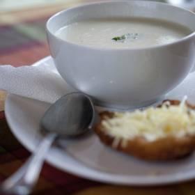 Cesnaková krémova polievka s mini lángošom
