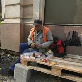 Robotník obeduje PICK salám vyrabaný v Szegede