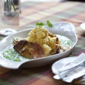 Maslová a ružová ryba so zemiakovým pyré a mätovým želé