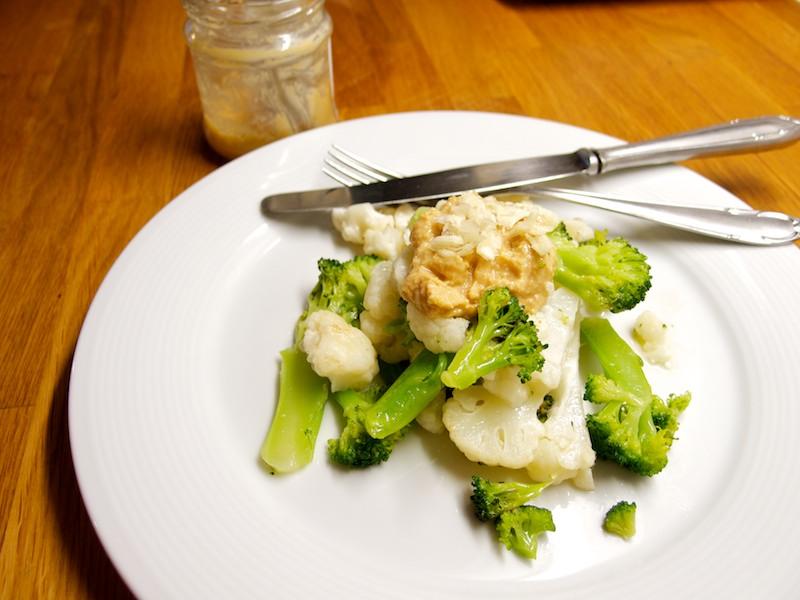 Zaparená brokolica s karfiolom a arašidovým maslom s cesnakom