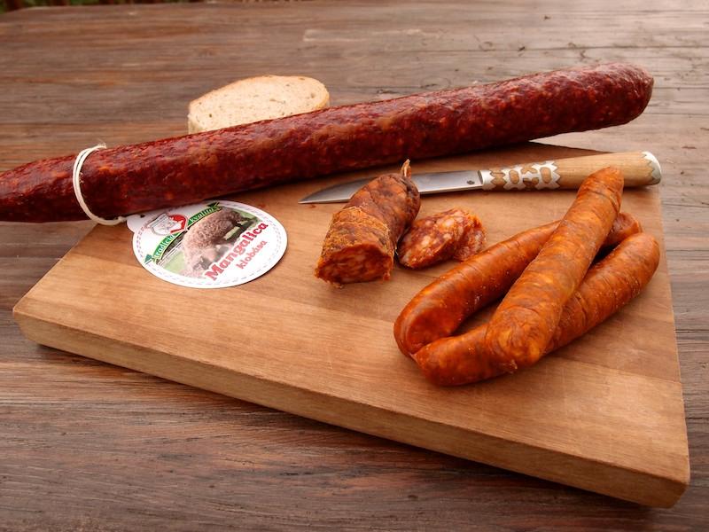 3 rôzne klobásky, zlava: mangalica (Bognár), domáca (Gálová) a králičia (HSH)