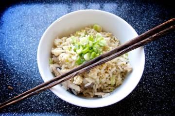 Hotová čínska pražená ryža s vajíčkom