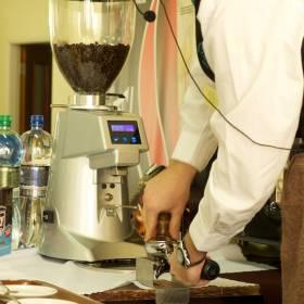 Rovnomerne utlačiť kávu v páke