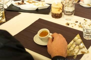 Porotca skúša, či je crema elastická