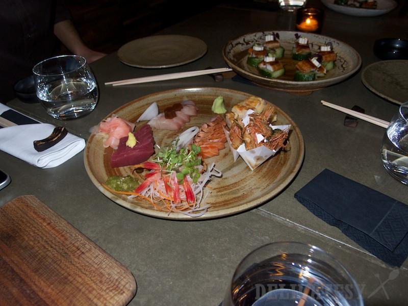 výber sashimi podávaný s ponzu jelly a tosazu sójovou omáčkou