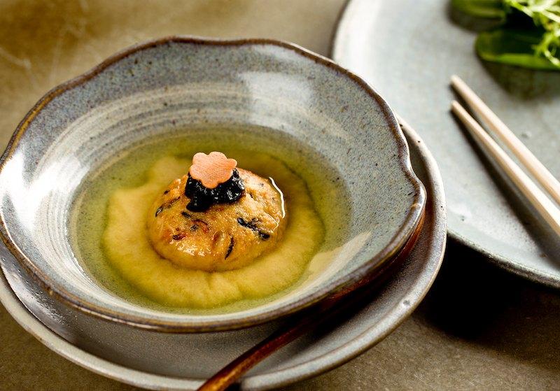 miso-horčicová polievka s domácim tofu a varenými morskými riasami