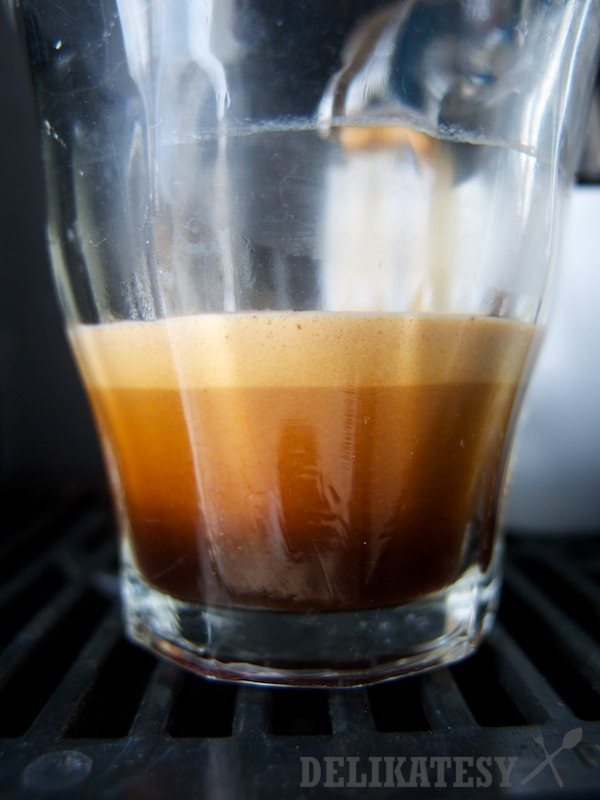 Krásny lavínový efekt čerstvo upraženej kávy