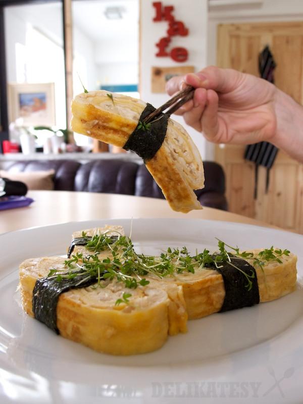 Tamagoyaki je dost pevné, aby sa dalo jesť paličkami
