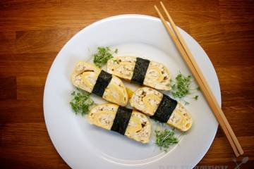 Kolieska tamagoyaki previažte nori riasou a môžete servírovať