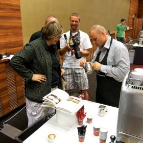 Stano Cibuľa vysvetľuje prípravu kávy