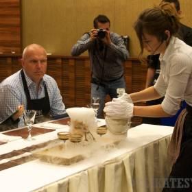 Anna Ribovičová v opare suchého ľadu