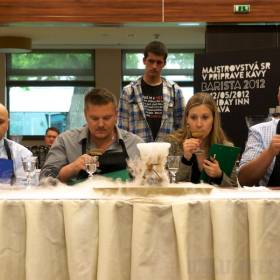 Degustačná komisia nad dymiacim voľným nápojom Anny Ribovičovej