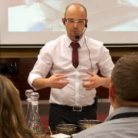 Ondrej Kurek vysvetľuje porotcom