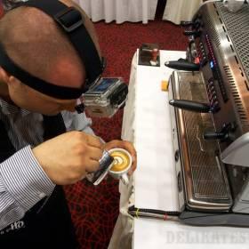 Stano Cibuľa natáča prípravu latte art