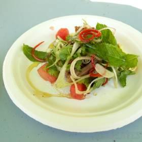 Šalát z chrumkavých kačacích stehien s melónom a kešu orieškami