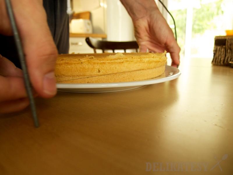 Korpus prerezať cukrárskou strunou