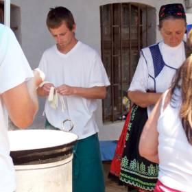 Párance sa vhadzujú do hrnca s vriacou vodou