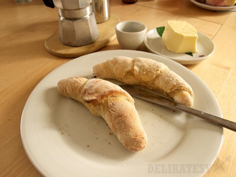 Voňavé víkendové raňajky, teplé rožky, maslo a káva