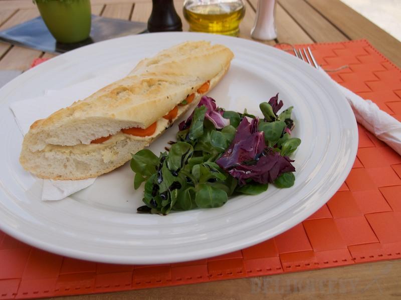 Bageta s cícerovou pomazánkou a varenou mrkvou