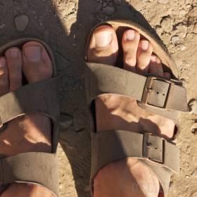 Tulácke zaprášené nohy