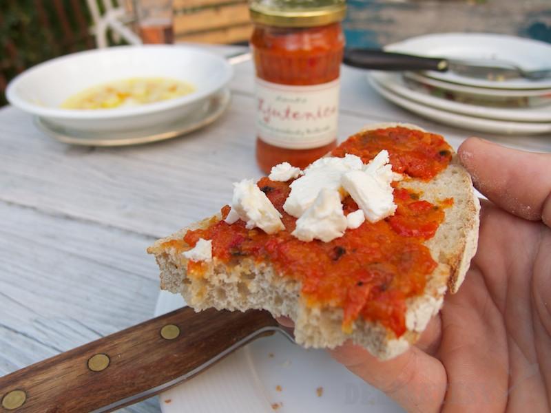 Večera - domáci chlieb, ljutenica a balkánsky syr