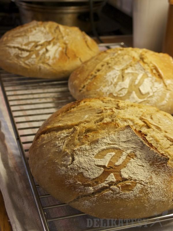 Tri statočné pecne chleba