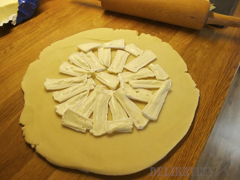 Najprv rozložiť na cesto syr