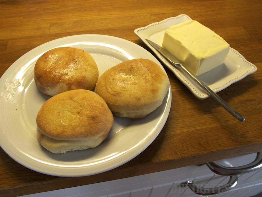 Dopečené šišky treba rýchlo potrieť maslom