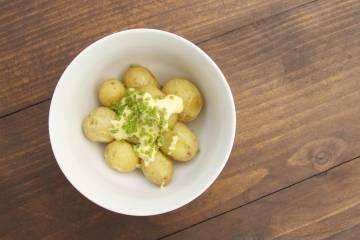 Pečené mladé zemiaky s maslovu majonézou a pažítkou