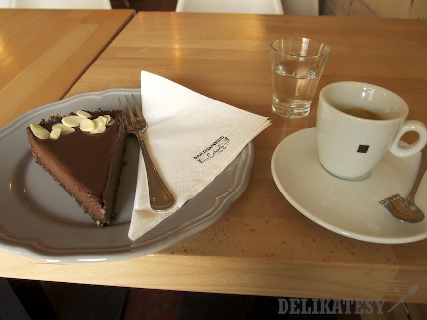 Čokoládový koláč a espresso v San Domenico