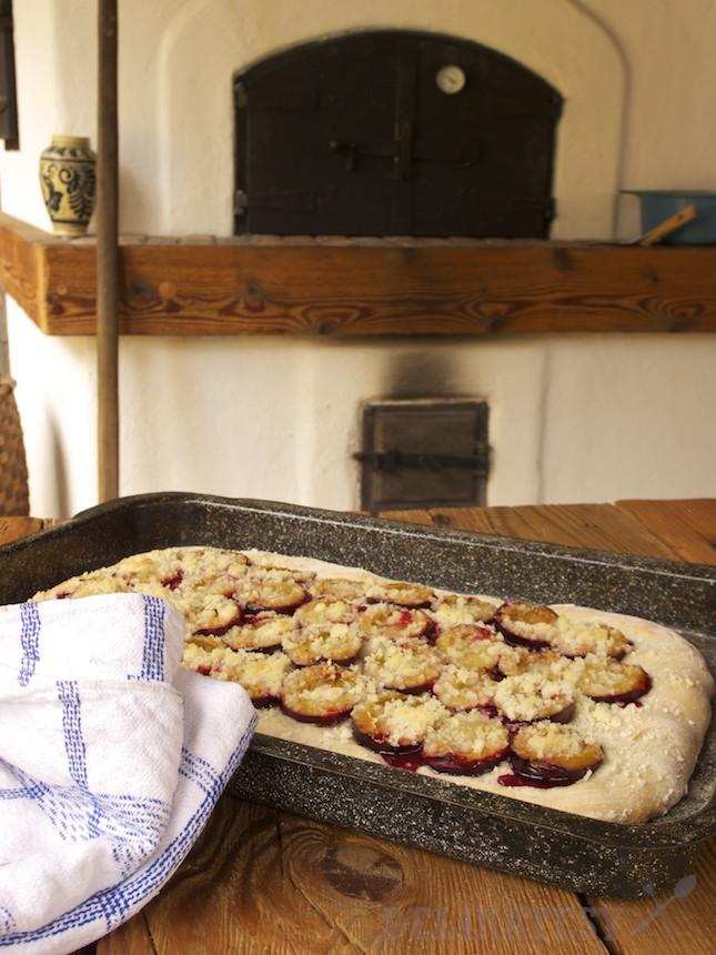 Kváskový koláč so slivkami a mrveničkou