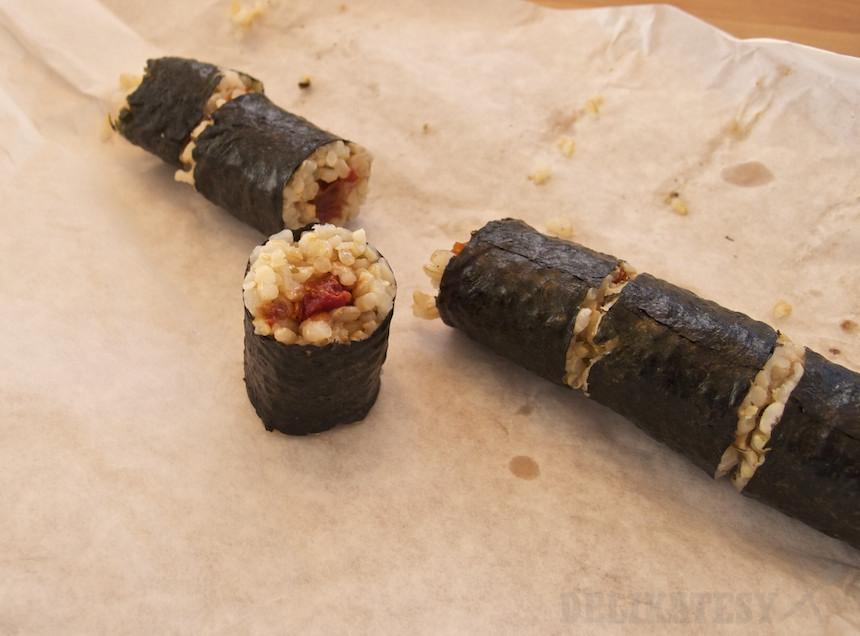 Malá sushi rolka so sušenými rajčinami