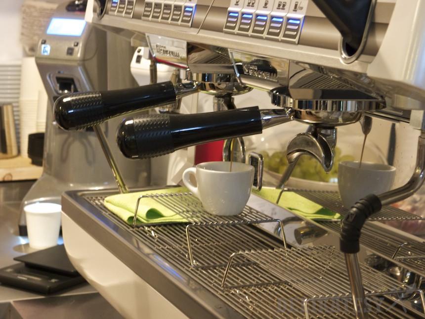 Precízne espresso, premerané váhou