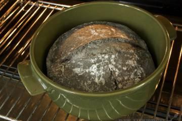 Chlieb upečený v keramickom pekáči