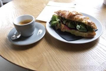 Espresso a plnený croissant s cviklou a kozím syrom