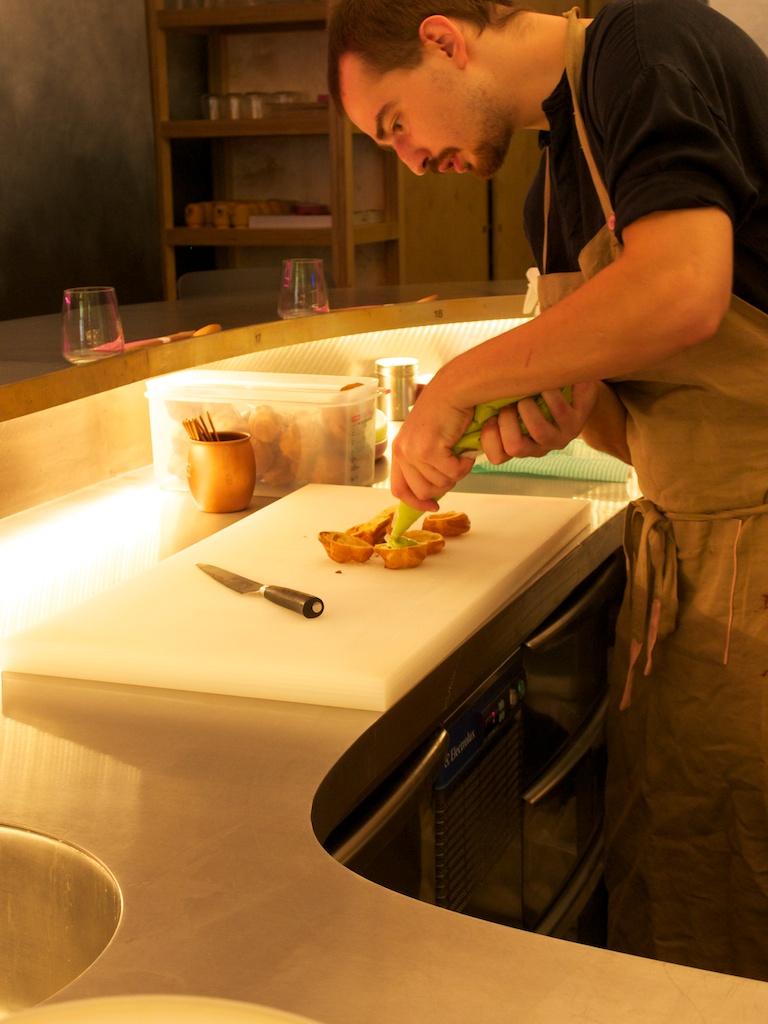 Vidno na kuchárov aj prípravu